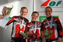 Sammen med Ida Bobach, Maja Alm vinder Signe Klinting, FIF Hillerød Orientering (yderst til venstre) sølv i stafet ved VM 2016